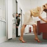Driekwart jonge vrouwen maakt gebruik van vrouwelijke charmes op werk