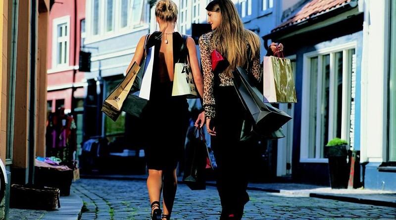 Vrouwen verkwisten vaker geld aan 'onbenulligheden'