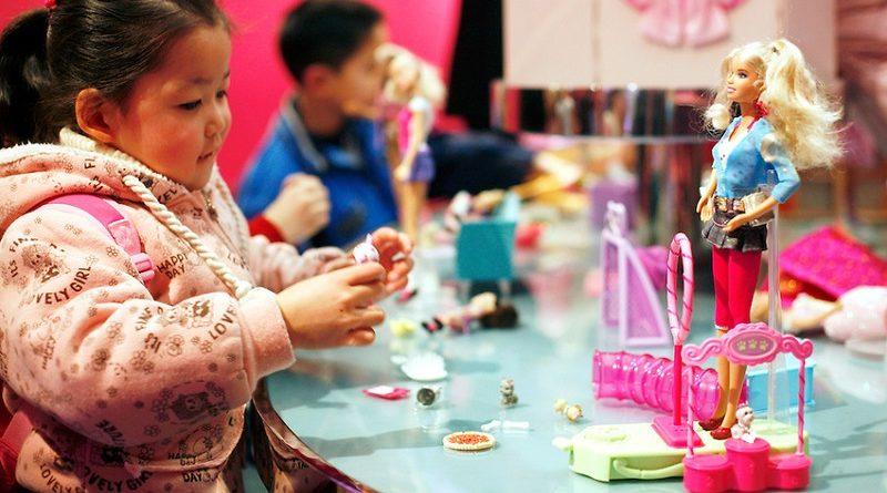 Spelen met Barbie-poppen kan het lichaamsbeeld van meisjes beïnvloeden