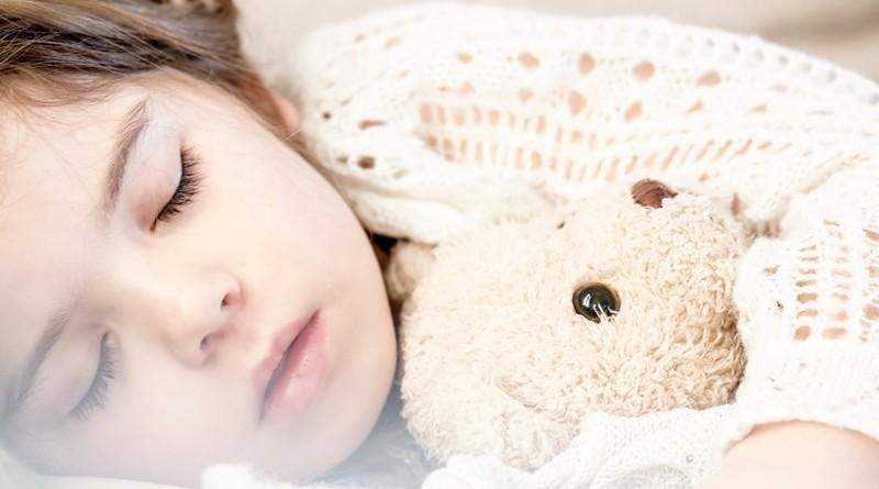 Tips om je kind te helpen de hele nacht door te slapen