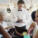 Wilt je een goede service in een restaurant? Kleed je netjes!