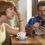 De vakantie en relaties van 1 op de 4 koppels worden verwoest door social media verslaving