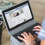 Materialisten verzamelen Facebook-vrienden en brengen meer tijd door op sociale media
