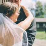 Hoe het aannemen van de achternaam van de man de macht in het huwelijk kan bepalen